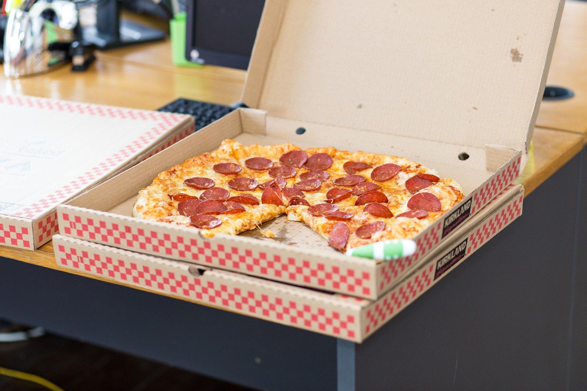 各社のピザLサイズは何人前?カロリーや一人で食べきれる大きさなのかを紹介