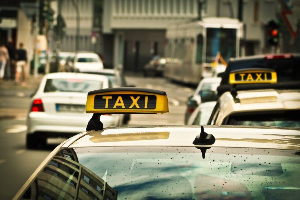 車を所持するよりタクシー生活の方がお得?