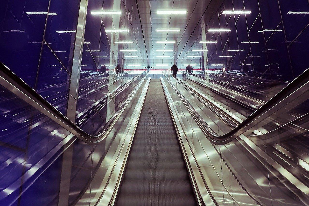 エスカレーターでの歩行や左右のマナーとは?
